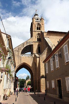 Une rue de Mirande et l'église Sainte-Marie.