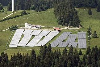 Luftaufnahme der Photovoltaikanlage auf dem Mont Soleil