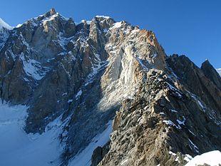 A sinistra, in ombra, la parete sud-est del Monte Maudit. A destra, al sole, la cresta Kuffner.