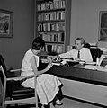 Moshe Sharett, voorzitter van de Jewish Agency, in zijn werkkamer met secretares, Bestanddeelnr 255-4729.jpg