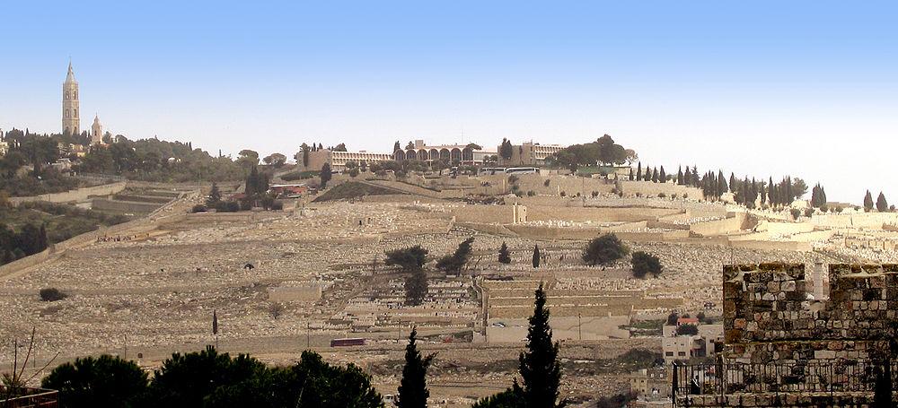 בית הקברות היהודי בהר הזיתים; מעליו מלון שבע הקשתות, ומשמאלו כנסיית העלייה הרוסית