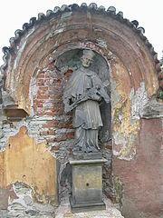 Socha svatého Jana Nepomuckého ve výklenku domu č. p. 272