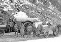 Offiziere der Traktorkolonne vor den Fahrzeugen - CH-BAR - 3241117.tif