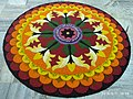 Onappookkalam Цветочный ковер Pookkalam Nithyananda Ashram Kanhangad 2019.jpg