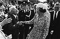 Op 21 augustus 1980 schudt de heer Lindenberg de vorstin de hand. Het echtpaar L, Bestanddeelnr 930-9768.jpg