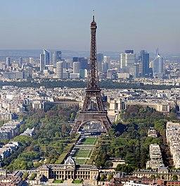 Paris, med Eiffeltornet i förgrunden och skyskraporna i La Défense i bakgrunden
