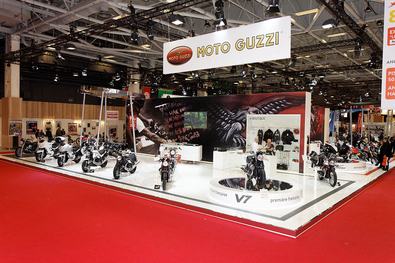 File paris salon de la moto 2011 stand moto guzzi for Stand salon original