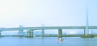 Pearl Harbor Memorial Bridge (Connecticut) - Q Bridge with the Tomlinson Lift Bridge behind it