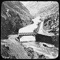 Pont en fer dans une vallée encaissée (5467683685).jpg