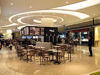 將軍澳「PopCorn」商場日前開幕,大家的關注焦點最終並非商場本身,而是場內的Agnès b. Cafè之餐牌。 (圖片:WiNG@Wikimedia)