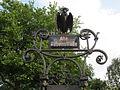 Rabenfigur über dem Straßenschild der Alten Rabenstraße in Hamburg-Rotherbaum.jpg