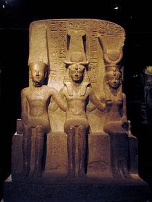 Sculpture représentant Ramsès II entouré par Amon et Mout
