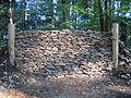 """Reconstitution réalisée en 2013 du rempart de barrage hallstattien du site de hauteur fortifié du """"Kastelberg"""" à Mœrnach (Haut-Rhin) (Photo M. Landolt, PAIR)..JPG"""