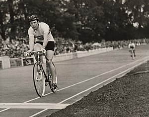 Cycling at the 1948 Summer Olympics - Reg Harris wins the quarter final of the 1000m time trial