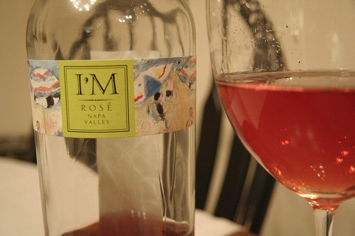 Lichte Rode Wijn : Lichte rode wijn wordt gegoten een glas drinken u stockfoto