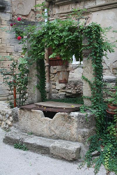 Roujan (Hérault) - château bas - puits.