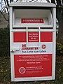 Ruhland, Neugrabenweg Stirnseite Ortrander Str. 14a, Kleiderspende-Container (Johanniter), 02.jpg