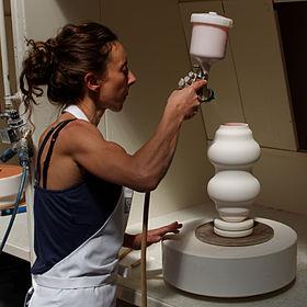 Insufflation d'un vase Dumas, à l'atelier d'Émaillage de la manufacture nationale de Sèvres.