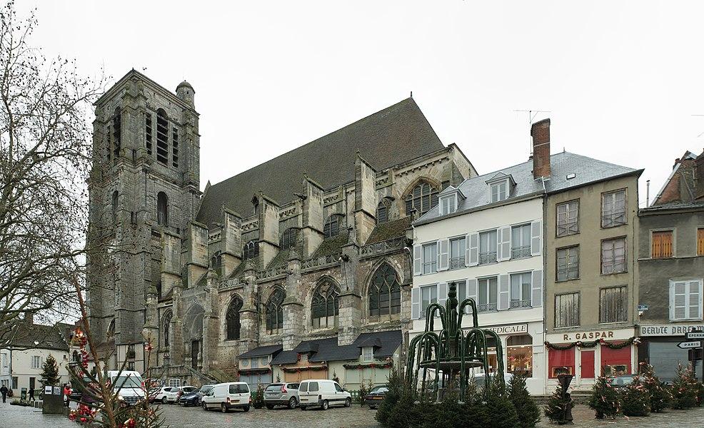 Église Saint-Denis de Sézanne (Marne). Vue générale de la façade sud, avec maisons prises dans les contre-forts.