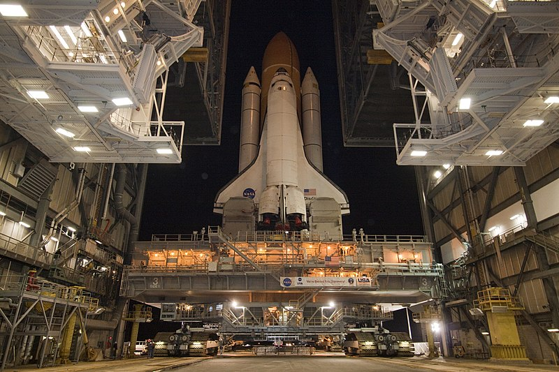File:STS-133 Discovery second rollout 1.jpg