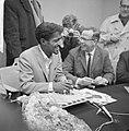 Sammy Davis jr in Nederland, tijdens persconferentie op Schiphol, Sammy Davis , , Bestanddeelnr 916-1960.jpg