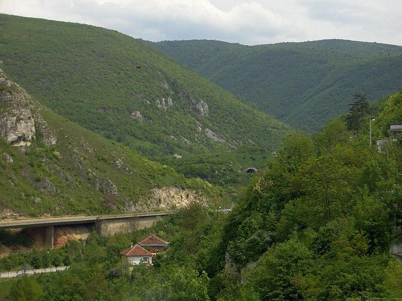 File:Sarajevo suburbs.JPG