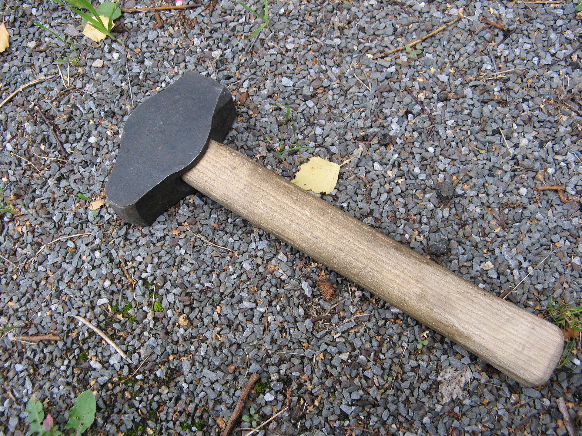 https://upload.wikimedia.org/wikipedia/commons/thumb/6/6e/Schmiedehammer_1,5kg.jpg/1920px-Schmiedehammer_1,5kg.jpg