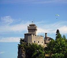 La tour de Cesta, sur le mont Titano (république de Saint-Marin). (définition réelle 7174×6222)