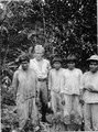 Sigvald Linné i sällskap med unga bogotáindianer. Veraguas. Panama - SMVK - 004276.tif