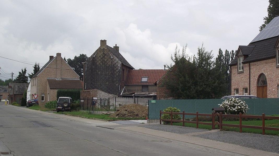 De oude buurtspoorwegroute tussen Geraardsbergen en Gent. De route loopt ongeveer achter het gebouw rechts. Verderop zie je aan de oriëntatie van de huizen dat er spoortracé naast moet hebben gelegen.