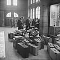 Spaanse arbeiders terug naar Spanje In de hal van het station van Maastricht wa, Bestanddeelnr 915-0337.jpg