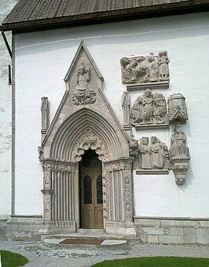 Stånga Church - The western portal of Stånga Church and adjacent immured sculptures