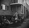 Studenten bij de fietsenstalling van het studentenhuis, Bestanddeelnr 252-8939.jpg
