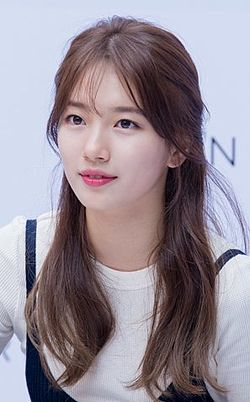Suzy at a fansigning event for Carin, 18 June 2016 02.jpg