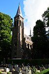 foto van St.Martinus: driebeukige neogotische kruiskerk met slanke toren. Mechanisch torenuurwerk
