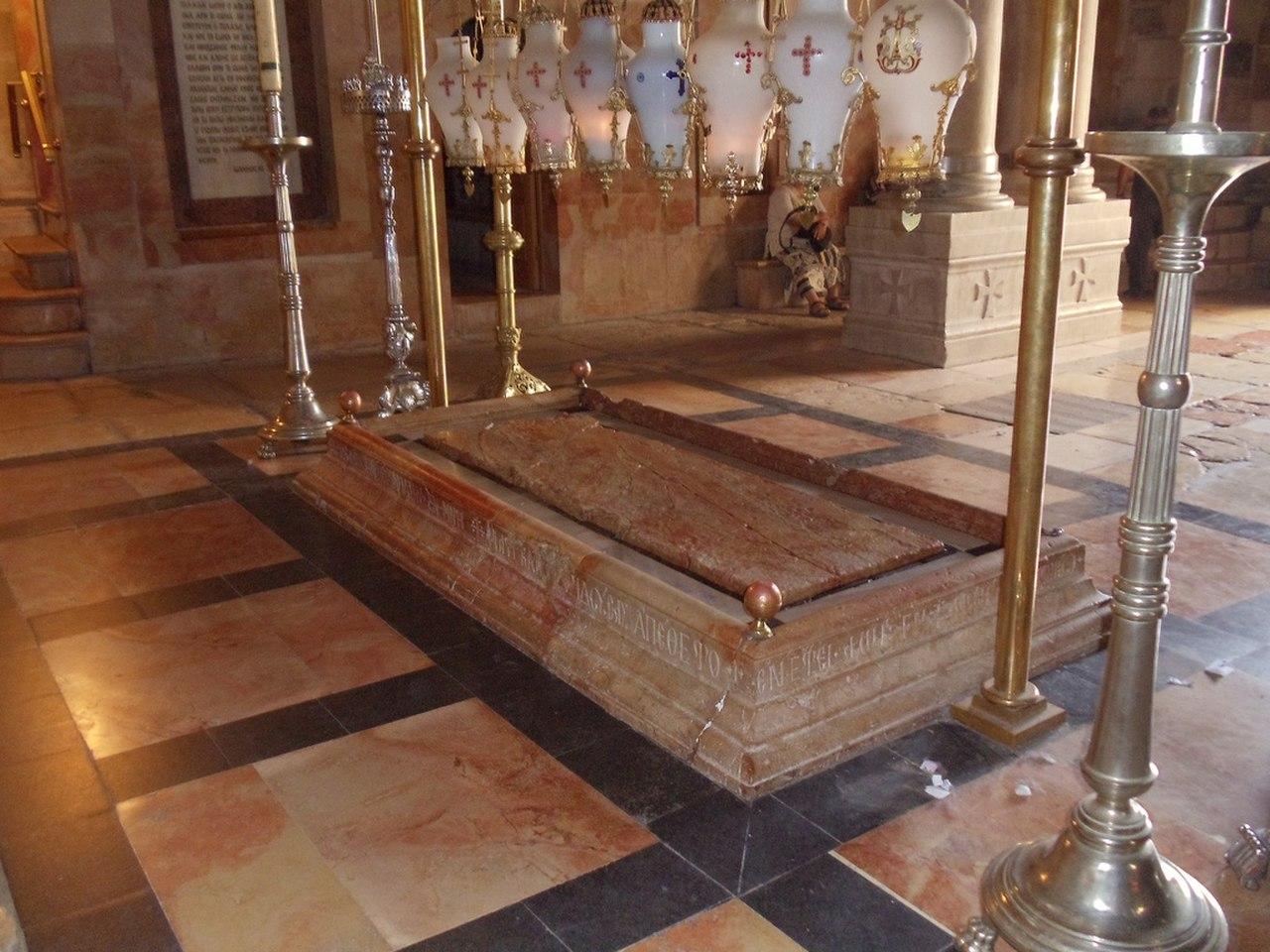 Altar der Kreuznägel neben dem Golgathafelsen - Sehenswürdigkeit in Jerusalem / Israel - vergrößerbar