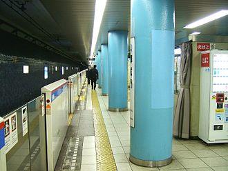 Onarimon Station - Image: Toei I06 Onarimon station platform