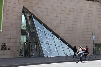 Bata Shoe Museum - The main entrance of the museum is formed by a glass shard.
