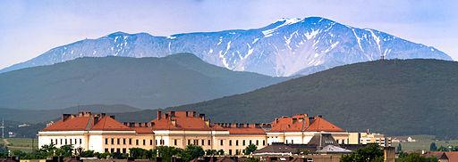 Traiskirchen Fluechtlingslager mit Schneeberg im Hintergrund