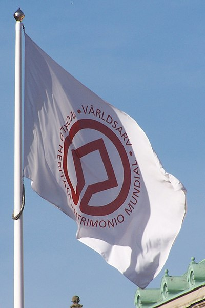 Fichier:UNESCO World Heritage flag standing.jpg