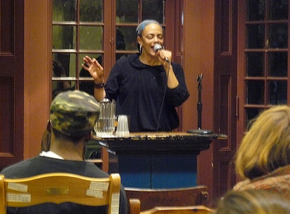 Ursula Rucker treedt op in Arts Cafe van KWH.png