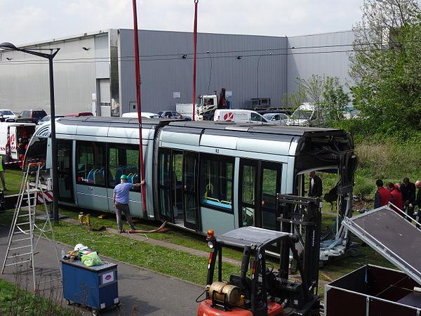 Valenciennes & Anzin - Déraillement de la rame de tramway n° 17 à la sortie du dépôt de Saint-Waast le 11 avril 2014 (060).JPG