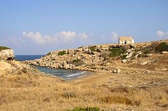 Davlos - Image: Verlassene griechische Kapelle bei Kaplica unten ein leider ziemlich versiffter Beach (2003)