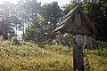Widok na cmentarz nr 46 z czasów I wojny światowej na wzgórzu Beskidek we wsi Konieczna na granicy Polsko-Słowackiej – fotografia wykonana w 2019 r.jpg