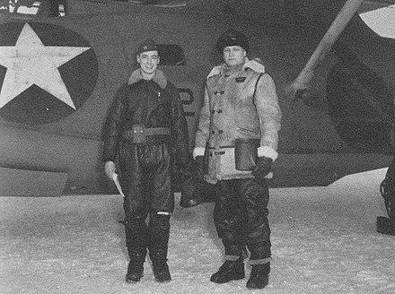 アクタン・ゼロを発見したPBYカタリナのパイロット、ビル・ティース(左)