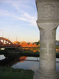 Mosty Trzebnickie, widok w stron� centrum, i p�n. s�up graniczny Wroc�awia z 1900/1901