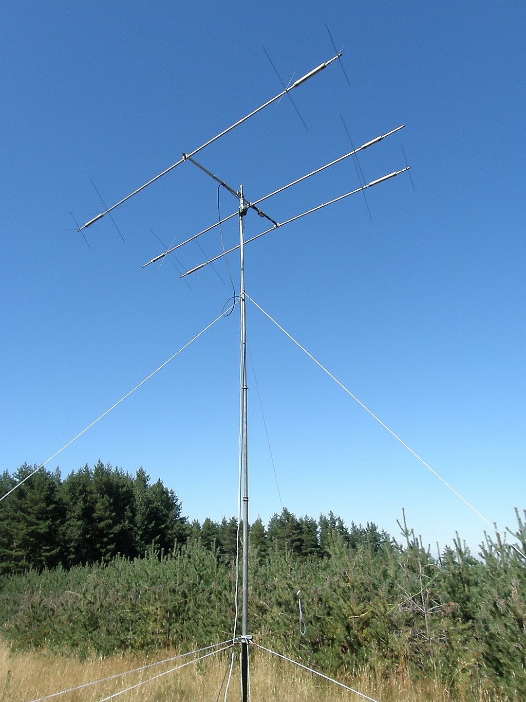 English: Yagi Antenna; 3 elements; operates on multiple bands: 14 MHz, 18 MHz, 21 MHz, 24 MHz, 28 MHz. MA-5B, Cushcraft Multi-Band Beam.