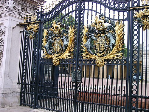 Ворота Букингемского дворца.jpg