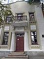 Дзержинского, 48 - центральный вход на фасаде.jpg
