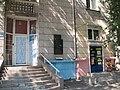 Меморіальна дошка на честь перебування у м. Маріуполь Ульянова Д. Іл, молодшого брата .ЛенінаВ. І(общий план).JPG